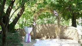 Γαμήλια αψίδα για τη γαμήλια τελετή, γαμήλια διακόσμηση, διακόσμηση της γαμήλιας τελετής, γαμήλιες διακοσμήσεις που γίνονται φιλμ μικρού μήκους