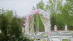 Γαμήλια αψίδα, καρέκλες για τους φιλοξενουμένους, γαμήλια εξαρτήματα και διακοσμήσεις απόθεμα βίντεο