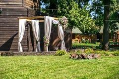 Γαμήλια αψίδα σε ένα ξύλινο υπόβαθρο Στοκ φωτογραφίες με δικαίωμα ελεύθερης χρήσης