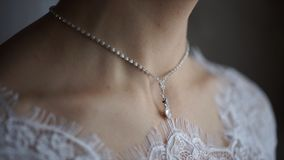 Γαμήλια βραχιόλι και περιδέραιο Γυναίκα που προσπαθεί στο βραχιόλι κοσμήματος Νύφη με το θησαυρό Γυναίκα με το κόσμημα Κορίτσι με Στοκ Φωτογραφία