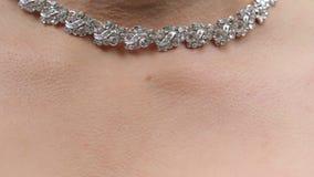 Γαμήλια βραχιόλι και περιδέραιο Γυναίκα που προσπαθεί στο βραχιόλι κοσμήματος Νύφη με το θησαυρό Γυναίκα με το κόσμημα Κορίτσι με Στοκ Εικόνες
