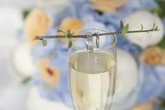 Γαμήλια δαχτυλίδια γύρω από τον κλαδίσκο στο γυαλί στοκ φωτογραφία με δικαίωμα ελεύθερης χρήσης