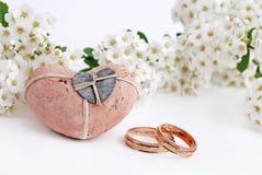 Γαμήλια δαχτυλίδια και λουλούδια Στοκ εικόνες με δικαίωμα ελεύθερης χρήσης