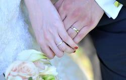 Γαμήλια δαχτυλίδια με τα λουλούδια Στοκ εικόνα με δικαίωμα ελεύθερης χρήσης