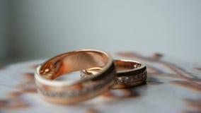 Γαμήλια δαχτυλίδια με τους πολύτιμους λίθους που περιστρέφουν στη στά απόθεμα βίντεο
