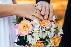 Γαμήλια δαχτυλίδια, που δημιουργούν μια νέα οικογένεια, γαμήλια έννοια Στοκ Εικόνες