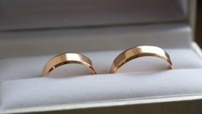 Γαμήλια δαχτυλίδια σε ένα κιβώτιο φιλμ μικρού μήκους