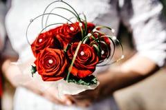 Γαμήλια δαχτυλίδια σε ένα κιβώτιο σε ένα υπόβαθρο της ανθοδέσμης των peonies στοκ εικόνες
