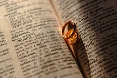 Γαμήλια δαχτυλίδια σε ένα φύλλο του παλαιού εγγράφου στοκ φωτογραφία με δικαίωμα ελεύθερης χρήσης