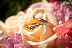 Γαμήλια δαχτυλίδια σε μια γαμήλια ανθοδέσμη στοκ εικόνα