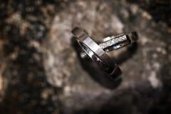 Γαμήλια δαχτυλίδια σε μια δύσκολη ανασκόπηση Στοκ Εικόνα
