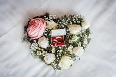 Γαμήλια δαχτυλίδια σε μια floral ανθοδέσμη Στοκ φωτογραφία με δικαίωμα ελεύθερης χρήσης
