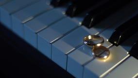 Γαμήλια δαχτυλίδια στα κλειδιά πιάνων απόθεμα βίντεο