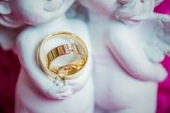 Γαμήλια δαχτυλίδια, γαμήλια δαχτυλίδια στη ημέρα γάμου Στοκ Φωτογραφίες