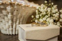 Γαμήλια δαχτυλίδια, γαμήλια δαχτυλίδια στη ημέρα γάμου Στοκ εικόνες με δικαίωμα ελεύθερης χρήσης