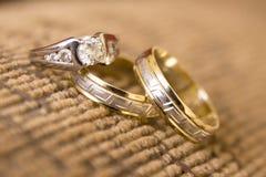 Γαμήλια δαχτυλίδια, γαμήλια δαχτυλίδια στη ημέρα γάμου Στοκ φωτογραφία με δικαίωμα ελεύθερης χρήσης