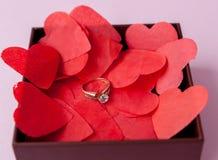 Γαμήλια δαχτυλίδια στις κόκκινες καρδιές Ρόδινη ανασκόπηση Η έννοια του αρραβώνα, διαζύγιο, χωρισμός, απιστία Εκλεκτική εστίαση στοκ φωτογραφίες με δικαίωμα ελεύθερης χρήσης
