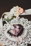 Γαμήλια δαχτυλίδια στο δώρο με το τόξο Στοκ φωτογραφίες με δικαίωμα ελεύθερης χρήσης