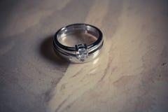 Γαμήλια δαχτυλίδια στο ξύλινο υπόβαθρο στοκ φωτογραφία με δικαίωμα ελεύθερης χρήσης