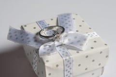 Γαμήλια δαχτυλίδια, στο ξύλινο υπόβαθρο στοκ φωτογραφίες