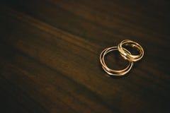 Γαμήλια δαχτυλίδια στο ξύλο Στοκ Εικόνα