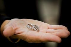 Γαμήλια δαχτυλίδια Groomsmen στο χέρι Στοκ Εικόνες