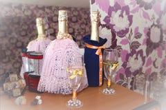 γαμήλια διακόσμηση για τα μπουκάλια με τη σαμπάνια στοκ εικόνες