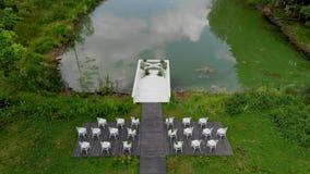 Γαμήλια διακόσμηση κοντά στη λίμνη Περιοχή γαμήλιας τελετής κοντά στη λίμνη Χωρίς ανθρώπους εναέρια όψη 4K απόθεμα βίντεο