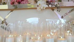 Γαμήλια διακόσμηση, ντεκόρ της γαμήλιας τελετής, λουλούδια στη γαμήλια διακόσμηση απόθεμα βίντεο