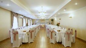Γαμήλια διακόσμηση των πινάκων σε ένα εστιατόριο, σε ένα συμπόσιο γαμήλιες διακοσμήσεις που γίνονται από τα πραγματικά λουλούδια  φιλμ μικρού μήκους