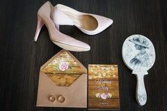 Γαμήλια εξαρτήματα: νυφικά παπούτσια, δαχτυλίδια, πρόσκληση, καθρέφτες μπλε garter λουλουδιών λεπτομερειών γάμος δαντελλών Στοκ φωτογραφία με δικαίωμα ελεύθερης χρήσης