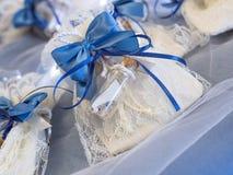 Γαμήλια εύνοια που διακοσμείται με τη δαντέλλα και την μπλε κορδέλλα στοκ φωτογραφίες