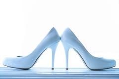 Γαμήλια λάμποντας παπούτσια με ένα υψηλό τακούνι σε ένα λευκό Στοκ Φωτογραφία