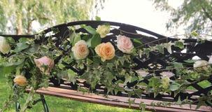 Γαμήλια οργάνωση στον κήπο, πάρκο Εξωτερική γαμήλια τελετή, εορτασμός Ντεκόρ γαμήλιων διαδρόμων Σειρές άσπρου ξύλινου κενού απόθεμα βίντεο