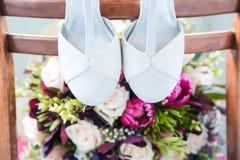 Γαμήλια παπούτσια και γαμήλια ανθοδέσμη Στοκ Φωτογραφία