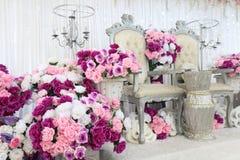 Γαμήλια περιοχή με τα λουλούδια, θέση για το γάμο στοκ εικόνα
