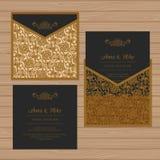 Γαμήλια πρόσκληση ή ευχετήρια κάρτα με τη διακόσμηση λουλουδιών Διανυσματική απεικόνιση