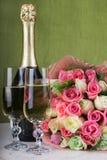 Γαμήλια ρύθμιση Νυφική ανθοδέσμη, δύο ποτήρια της σαμπάνιας και ενός μπουκαλιού της σαμπάνιας σε έναν μαρμάρινο πίνακα Δαχτυλίδι  στοκ φωτογραφία με δικαίωμα ελεύθερης χρήσης