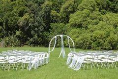 Γαμήλια τελετή στον πράσινο χορτοτάπητα στον κήπο στοκ φωτογραφία με δικαίωμα ελεύθερης χρήσης