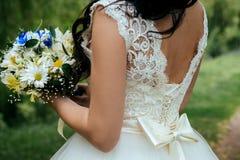 Γαμήλια όμορφη ανθοδέσμη στα χέρια της νύφης closeup Στοκ Εικόνα
