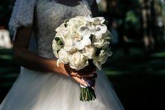 Γαμήλια όμορφη ανθοδέσμη στα χέρια της νύφης closeup Στοκ Εικόνες