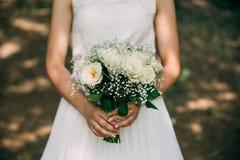 Γαμήλια όμορφη ανθοδέσμη στα χέρια της νύφης closeup Στοκ Φωτογραφίες