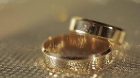 Γαμήλια gols δαχτυλίδια που βρίσκονται στη λαμπρή στιλπνή επιφάνεια ?? ??? φιλμ μικρού μήκους