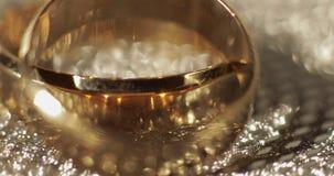 Γαμήλια gols δαχτυλίδια που βρίσκονται στη λαμπρή στιλπνή επιφάνεια ?? ??? απόθεμα βίντεο