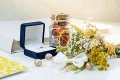 Γαμήλιες δαχτυλίδι και ανθοδέσμη στοκ εικόνες