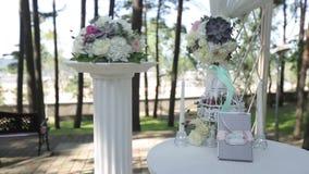 Γαμήλιες διακοσμήσεις από το άσπρο και κόκκινο floristics τελετής λουλουδιών φιλμ μικρού μήκους