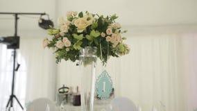 Γαμήλιες διακοσμήσεις από το άσπρο και κόκκινο floristics τελετής λουλουδιών απόθεμα βίντεο