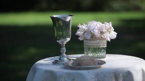 Γαμήλιες διακοσμήσεις από το άσπρο floristics τελετής λουλουδιών απόθεμα βίντεο