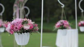 Γαμήλιες διακοσμήσεις από το κόκκινο floristics τελετής λουλουδιών απόθεμα βίντεο