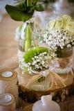 Γαμήλιες διακοσμήσεις για τον πίνακα στο αγροτικό ύφος, ξύλινο γραφείο Στοκ Εικόνες